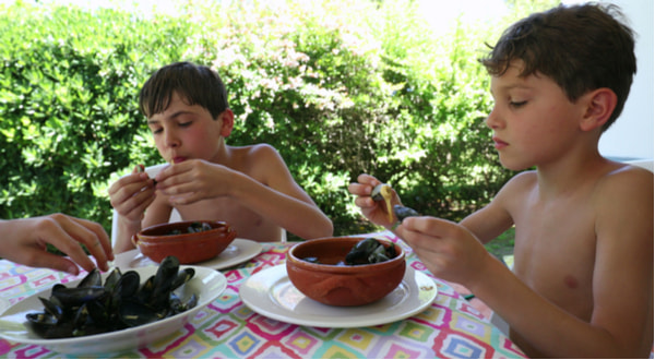 Children eating mussels for lunch