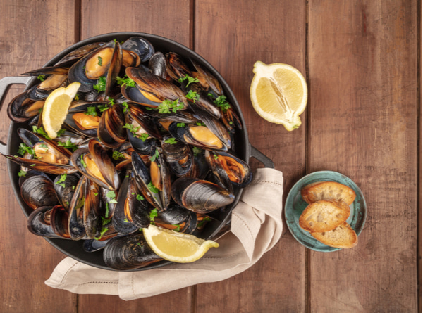 Marinara mussels with toasted bread and lemon