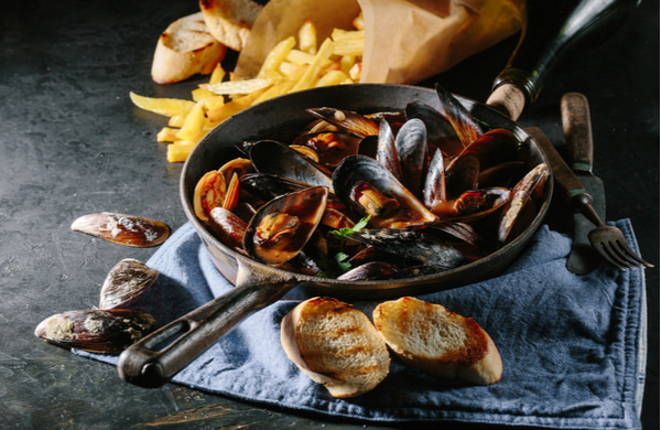 Shell mussels in a frying pan