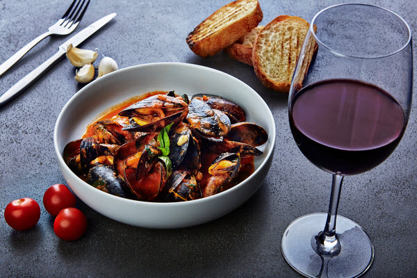 Cooked Mussels with tomato paired with red wine